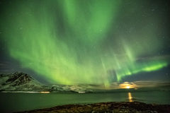 Aurora Borealis em Tromso, Noruega na frente do fiorde norueguês no inverno foto de stock royalty free