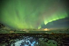 Aurora Borealis em Tromso, Noruega na frente do fiorde norueguês no inverno Fotografia de Stock