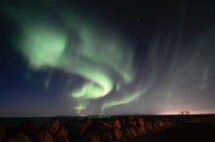 Aurora borealis, felsiger Damm, Gardur, Island Lizenzfreie Stockbilder