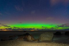 Aurora borealis hermoso sobre el agua Imágenes de archivo libres de regalías