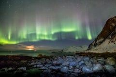 Aurora Borealis i Tromso, Norge framme av den norska fjorden på vintern arkivbild