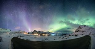 Aurora borealis met sterrig over bergketen op noordpoolcoastl royalty-vrije stock afbeeldingen