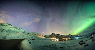 Aurora borealis met sterrig over bergketen op noordpoolcoastl stock foto