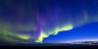 Aurora Borealis mit Dämmerung Lizenzfreie Stockbilder