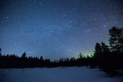 Aurora borealis in nachthemel stock foto's
