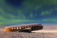 Aurora borealis nad samolot w Iceland zielone światła północni Gwiaździsty niebo z biegunowymi światłami obraz royalty free