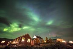 Aurora borealis nel villaggio di Hamnoy, isole di Lofoten, Norvegia Immagini Stock