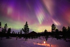 Aurora Borealis, Noordelijke Lichten, in de winterhemel royalty-vrije stock foto
