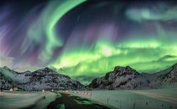 Aurora borealis, Noordelijke lichten over sneeuwbergketen royalty-vrije stock afbeelding