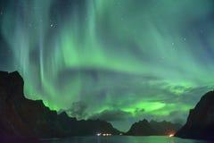 Aurora Borealis och en meteor & en x28; nordlig lights& x29; från Lofoten Norge Royaltyfria Bilder