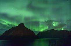 Aurora Borealis och en meteor & en x28; nordlig lights& x29; från Lofoten Norge Royaltyfria Foton