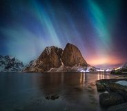Aurora borealis op berg in de visserij van dorp in Hamnoy stock foto