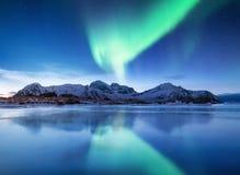 Aurora borealis op de Lofoten-eilanden, Noorwegen Groene noordelijke lichten boven bergen royalty-vrije stock afbeelding
