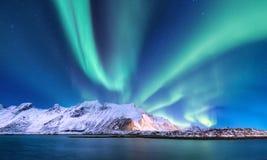 Aurora borealis op de Lofoten-eilanden, Noorwegen Groene noordelijke lichten boven bergen en oceaankust Het landschap van de nach stock fotografie