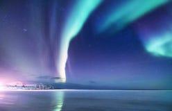 Aurora borealis op de Lofoten-eilanden, Noorwegen Groene noordelijke lichten boven bergen Nachthemel met polaire lichten De nacht stock afbeelding