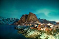 Aurora borealis over berg met de visserij van dorp in Hamnoy stock foto