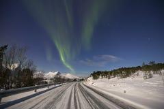 Aurora borealis over een maanbeschenen landschap in noordelijk Noorwegen royalty-vrije stock fotografie