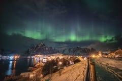 Aurora borealis over het Skandinavische dorp lichte glanzen in winte stock fotografie