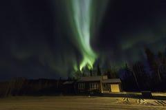 Aurora Borealis Over una casa Fotos de archivo libres de regalías