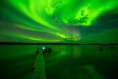 Aurora Borealis på sjön Arkivfoto