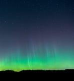 Aurora Borealis-Recht über Horizont Stockfotografie