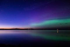 Aurora borealis reflejado sobre un lago Imagenes de archivo