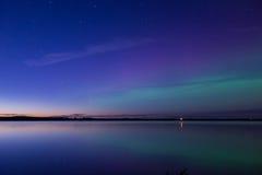 Aurora borealis reflejado sobre un lago Fotos de archivo