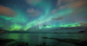 Aurora borealis riflesso costiero in Norvegia video d archivio