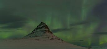 Aurora Borealis runt om det Kirkjufell berget Royaltyfri Bild