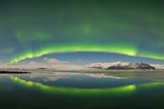 Aurora borealis sobre el mar Laguna del glaciar de Jokulsarlon, Islandia Luces norte?as verdes Cielo estrellado con las luces pol imagen de archivo libre de regalías