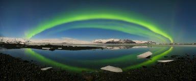 Aurora borealis sobre el mar Laguna del glaciar de Jokulsarlon, Islandia Luces norte?as verdes Cielo estrellado con las luces pol fotos de archivo libres de regalías