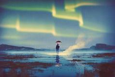Aurora borealis sobre hombre con el paraguas Fotos de archivo