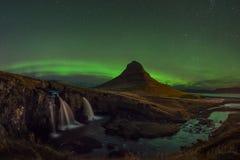 Aurora Borealis sobre a montanha de Kirkjufellsfoss e de Kirkjufell imagem de stock
