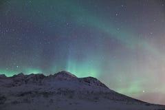 Aurora Borealis sobre una montaña Fotos de archivo libres de regalías