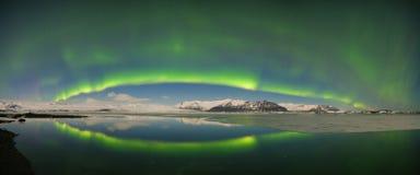 Aurora borealis sopra il mare Laguna del ghiacciaio di Jokulsarlon, Islanda Indicatori luminosi nordici verdi Cielo stellato con  fotografia stock libera da diritti
