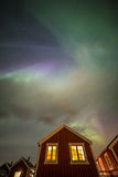 Aurora borealis sopra la casa, isole di Lofoten, Norvegia Fotografie Stock