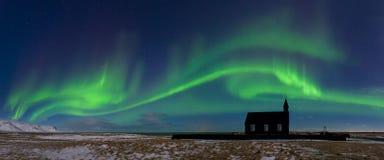 Aurora borealis sopra la chiesa in Islanda Indicatori luminosi nordici verdi Cielo stellato con le luci polari fotografia stock libera da diritti