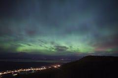 Aurora Borealis sopra le città d'Alasca Immagini Stock Libere da Diritti