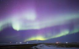 Aurora borealis sopra paesaggio rurale Fotografie Stock Libere da Diritti