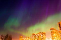 Aurora borealis sterrige nacht over de stad en de huizen royalty-vrije stock afbeeldingen