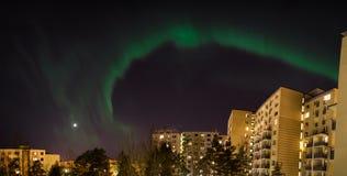 Aurora borealis verde sobre construções da cidade fotografia de stock