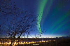 Aurora com a luz no horizonte em Kiruna Cityscape, Suécia Fotos de Stock Royalty Free