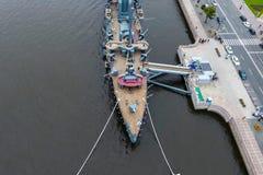 Aurora del crucero en el río Neu, la ciudad de StPetersburg Ábrase en los turistas El símbolo de la revolución de 1917 fotos de archivo