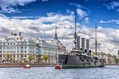 Aurora del crucero en su lugar del amarre delante de la universidad de Nakhimov en St Petersburg Foto de archivo libre de regalías