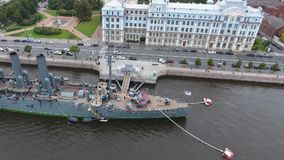 Aurora dell'incrociatore nel fiume Neu, la città di StPetersburg archivi video