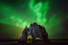 Aurora do caminhante de Hvitserkur Imagem de Stock