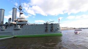Aurora do cruzador em Neva River video estoque