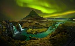 Aurora en Kirkjufell y cascada Kirkjufellsfoss, señal de fotos de archivo