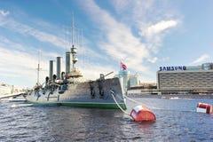 Aurora linear del crucero, el símbolo de la revolución de octubre en R imagenes de archivo