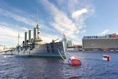 Aurora lineare dell'incrociatore, il simbolo della rivoluzione di ottobre nella R Fotografia Stock Libera da Diritti